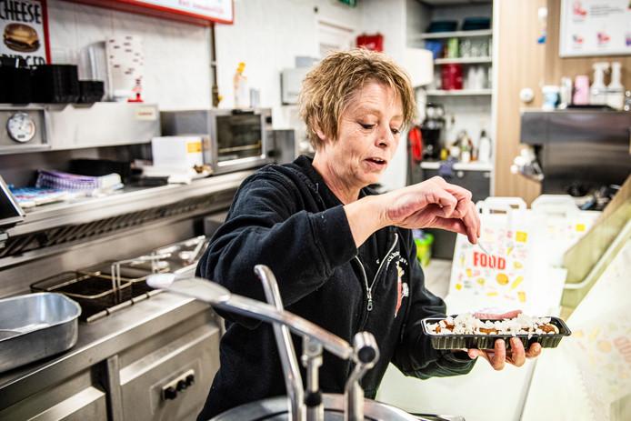 Jacqueline van Triest van Snackbar De Haven maakt een frikadel speciaal.