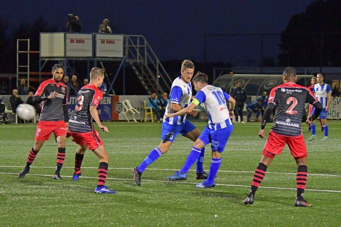 Rik Imkens (nr 10) scoort de 2-0 voor Hoek, maar het bleek niet genoeg tegen SteDeCo.