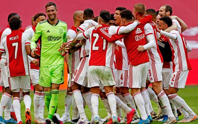 Ajax viert een feestje.