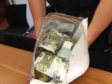 Zak vol met 100 euro-biljetten gevonden tijdens baggerwerkzaamheden in Strijen