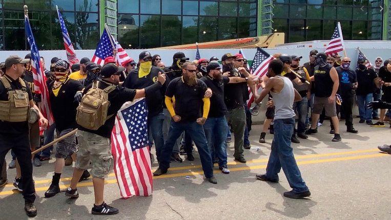'Toen Trump het geweld van de Proud Boys in Charlottesville in 2017 niet wilde veroordelen, moest Steve Bannon vertrekken uit het Witte Huis onder druk van de Republikeinse Partij.' Beeld RV