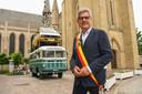 """Burgemeester Geert Vanden Broucke voor één van de talrijke kunstwerken op het openbaar domein in Nieuwpoort ('Pinpointing Progress' van Maarten Vanden Eynde): """"We hebben nu meer handelszaken op ons grondgebied dan voor corona."""""""