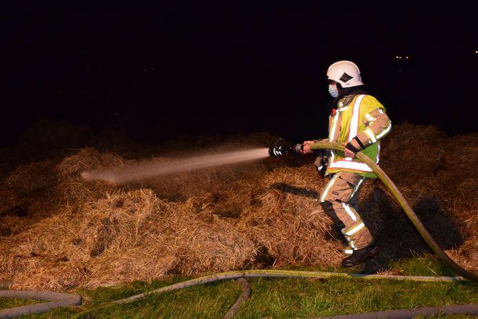De brandweer moest verscheidene hooibalen blussen.