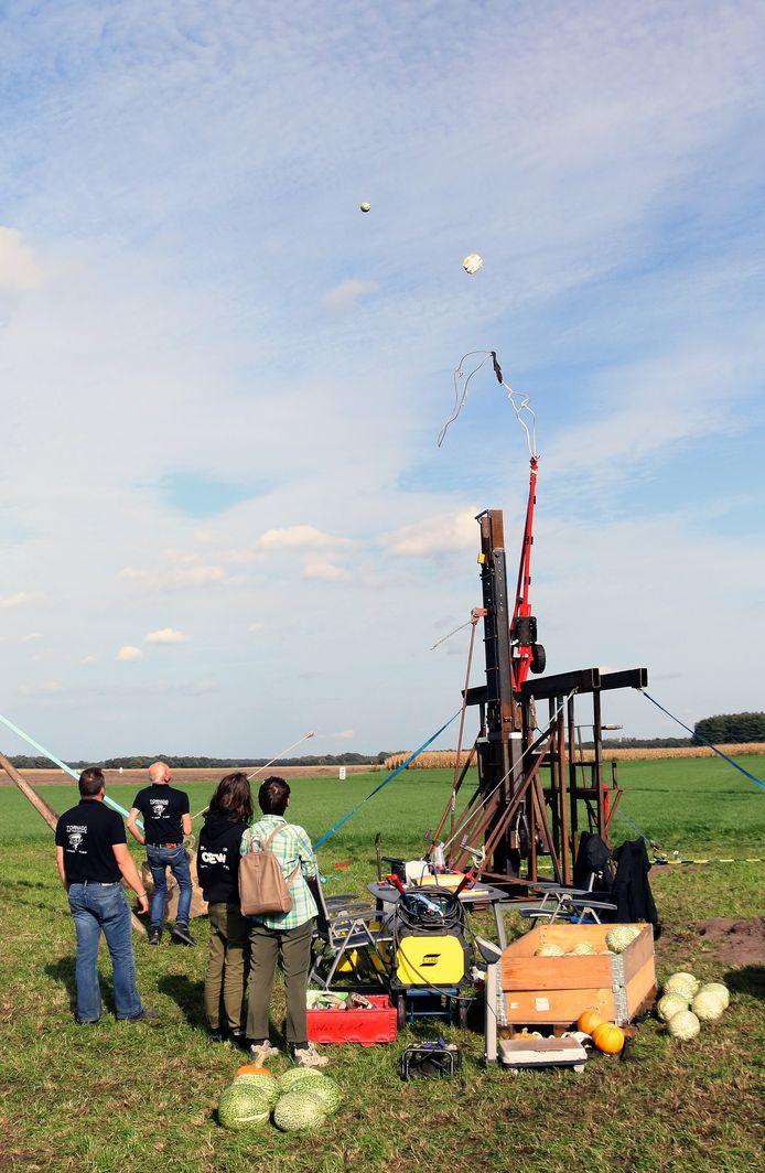 Na een flinke zwaai ziet team Tornado de pompoen de lucht invliegen