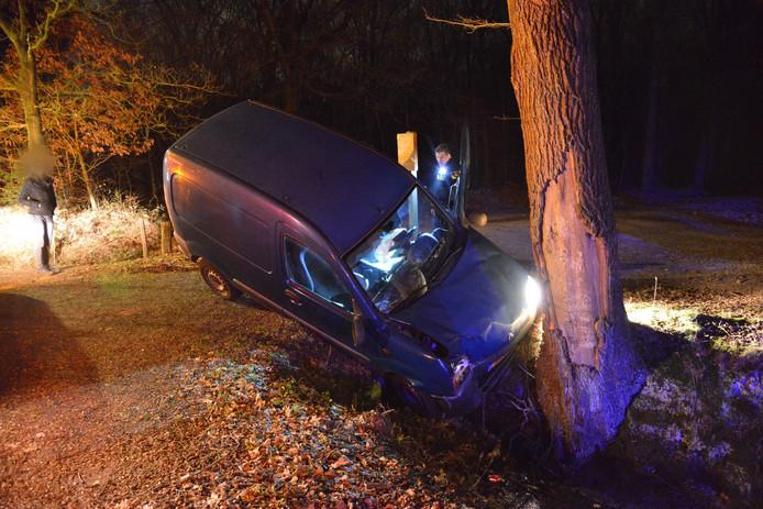 Het voertuig kwam in de sloot tegen een boom tot stilstand.