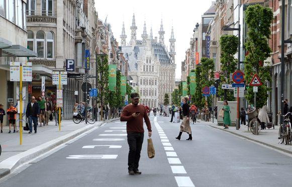 Voor het eerst weer winkelen in Leuven op zaterdag.De Bondgenotenlaan was verkeersvrij.