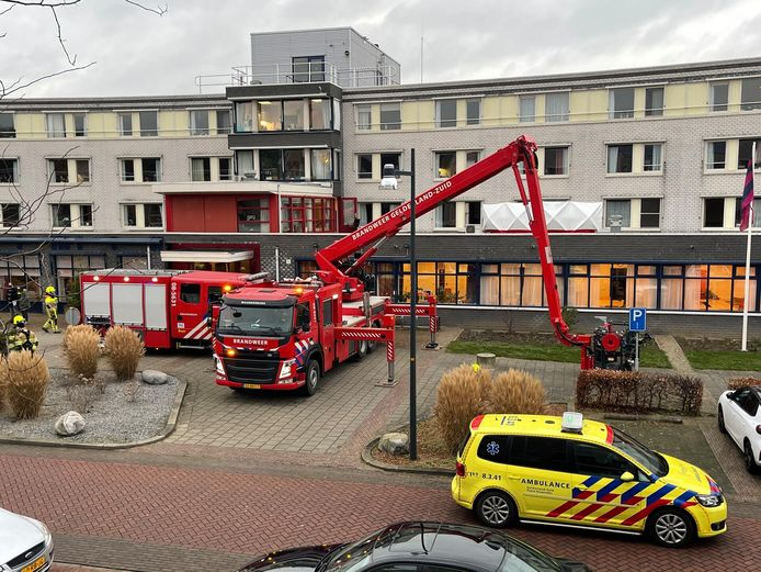 Hulpdiensten aanwezig bij brand in zorgcentrum Zaltbommel.