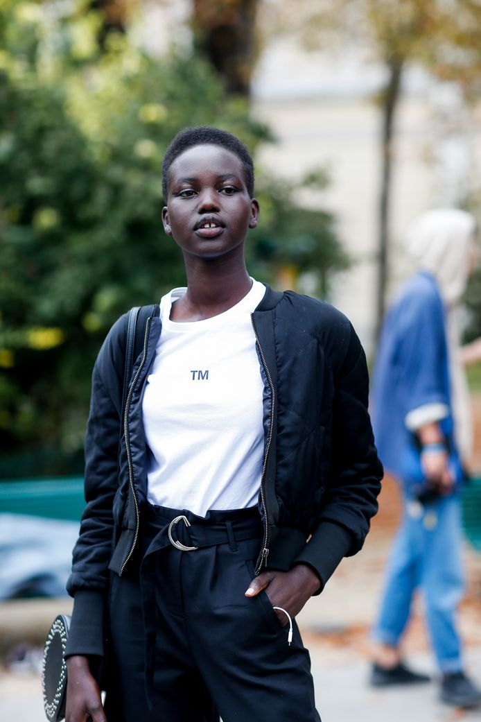 Model Adut Akech gefotografeerd op straat tijdens Paris Fashion Week.