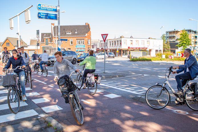 Drukte op de turborotonde in de Burgemeester Freijterslaan Roosendaal. Vooral op het stuk tussen deze rotonde en de Roselaar wordt vaak te hard gereden, zeggen omwonenden.