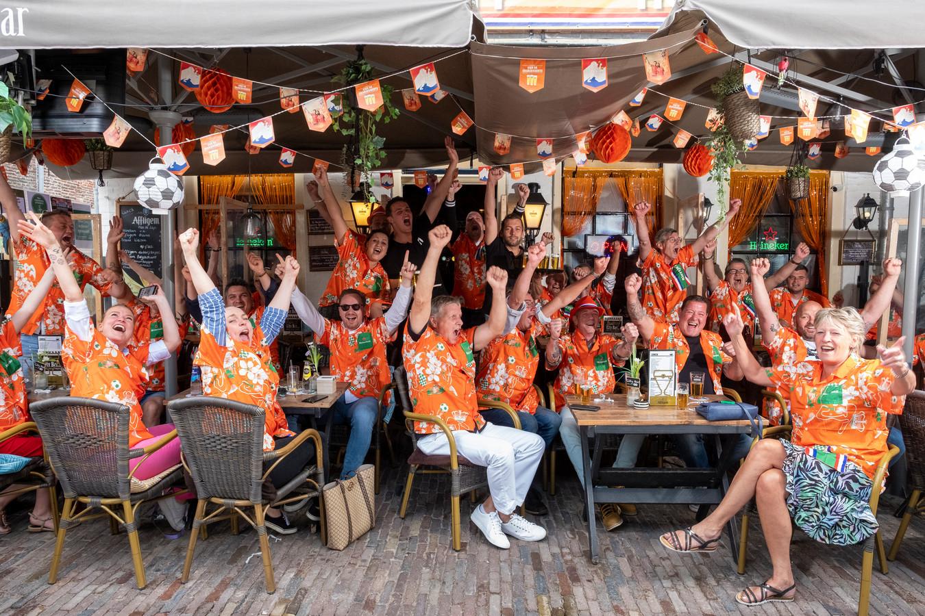 Bij City Bar in Elburg kunnen ze niet wachten om komende zondag weer Oranje te kijken.