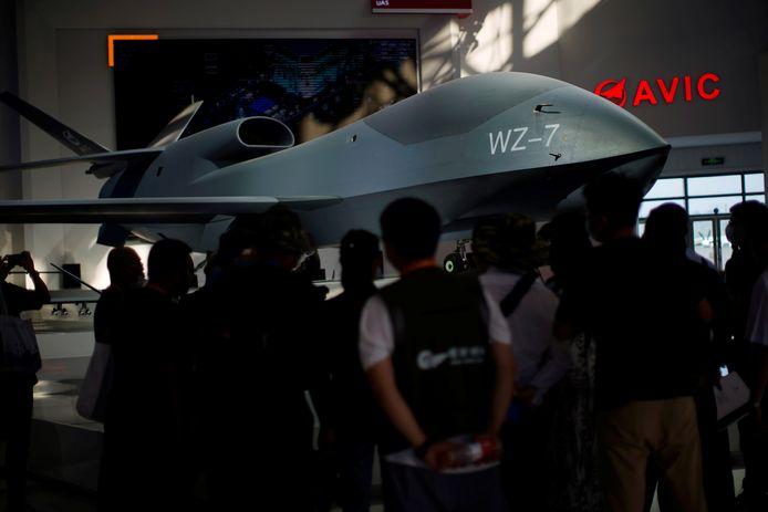 Des visiteurs se tiennent près d'un modèle de drone de reconnaissance à haute altitude WZ-7 exposé lors du Salon international de l'aviation et de l'aérospatiale de Chine, ou Airshow China, à Zhuhai, dans la province de Guangdong, en Chine, le 28 septembre 2021.