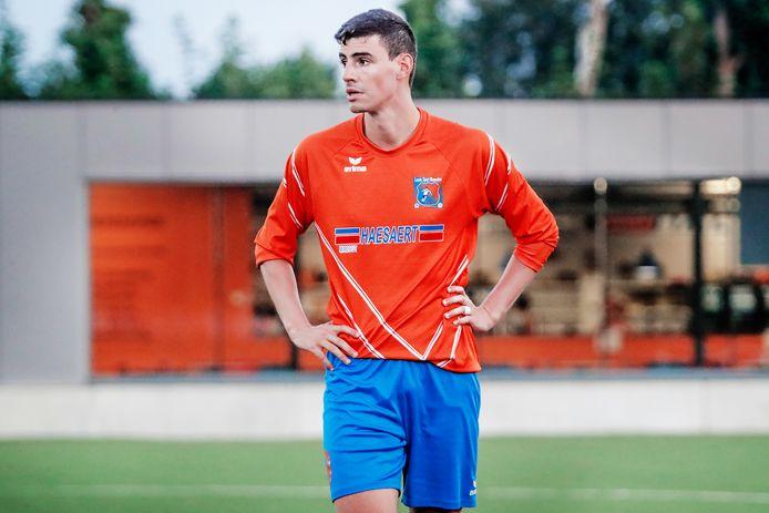 Daniel Ternest (LS Merendree) hoopt de drie punten te pakken tegen FC Poesele