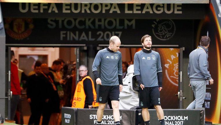 Ajacieden Davy Klaassen en Lasse Schone komen voor de training het veld op in Stockholm Beeld afp