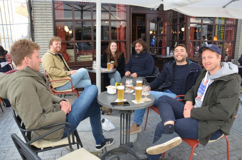 Ruben Van Den Meersch en Nicolas Van der Hoeve (rechts) genieten met hun vrienden op het terras van café Ragtime in de Langemuntstraat in Ninove.