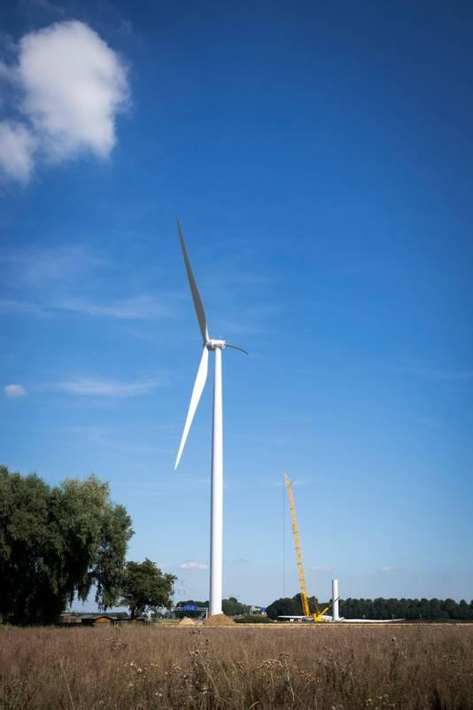 Een windmolen langs de A15 bij Oosterhout.