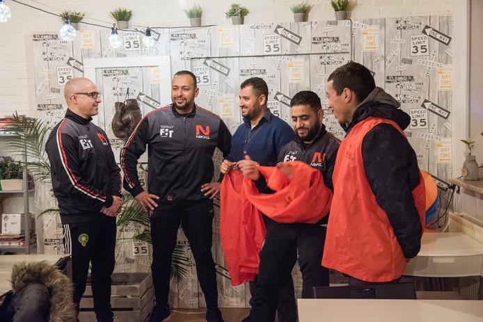 Leden van sportschool Totally Fit in Eindhoven maken 's avonds een rondje door de buurt lopen om 'veiligheid te creëren' Van links naar rechts Mohamed el Aater, eigenaar Fouad Hadda, Mohammed Souidi, Chafik Ghazi, Younes Mazrouai.