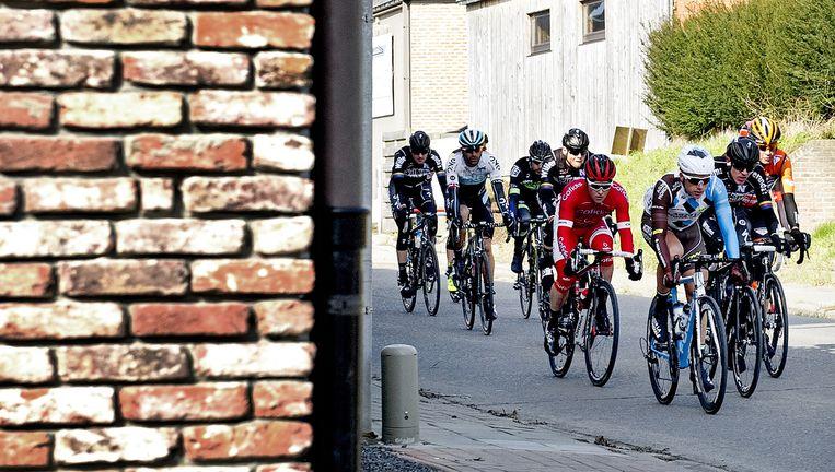 Een vroege kopgroep tijdens Omloop Het Nieuwsblad. Tweede van rechts Kai Reus, net achter de Fransman Alexis Gougeard (vooraan), die vijfde wordt. Beeld Klaas Jan van der Weij / de Volkskrant