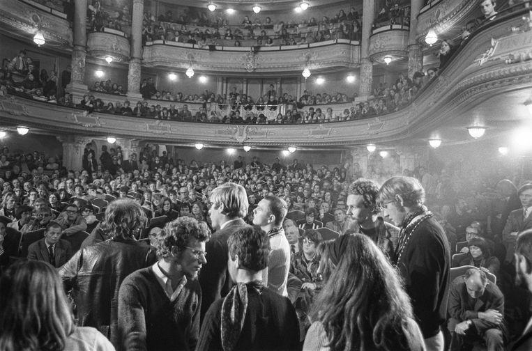 1 november 1969: Discussie in de Stadsschouwburg tussen leden van de Nederlandse Comedie en voor- en tegenstanders van het toneelbestel.  Beeld Joost Evers/Anefo / Nationaal Archief
