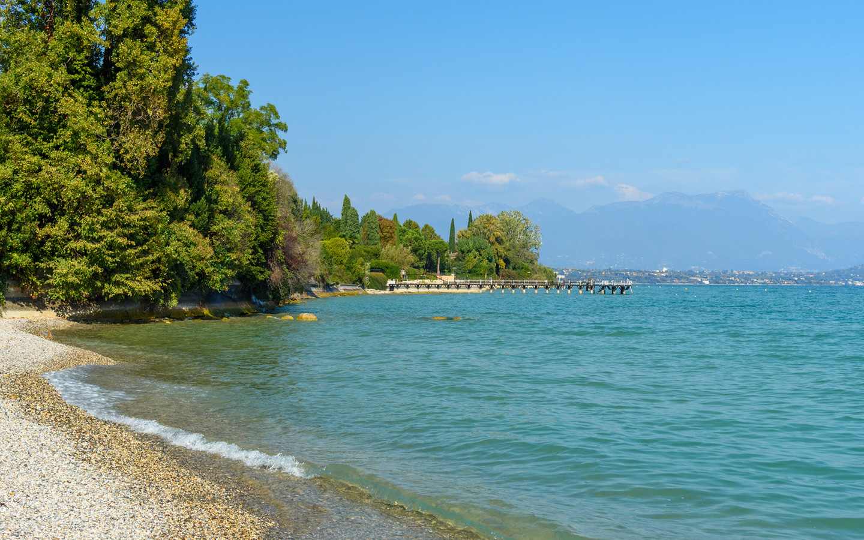 Een strand in Desenzano del Garda, vlak bij de plaats waar de Belg (64) werd gered.