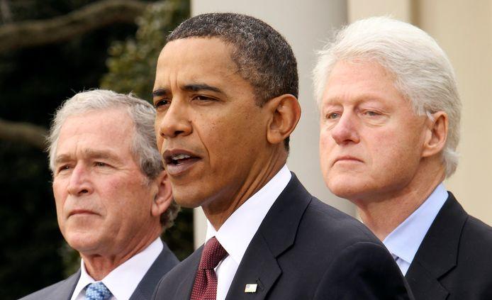 Barack Obama, geflankeerd door George W. Bush (L) en Bill Clinton (R) in de Rose Garden van het Witte Huis in Washington.