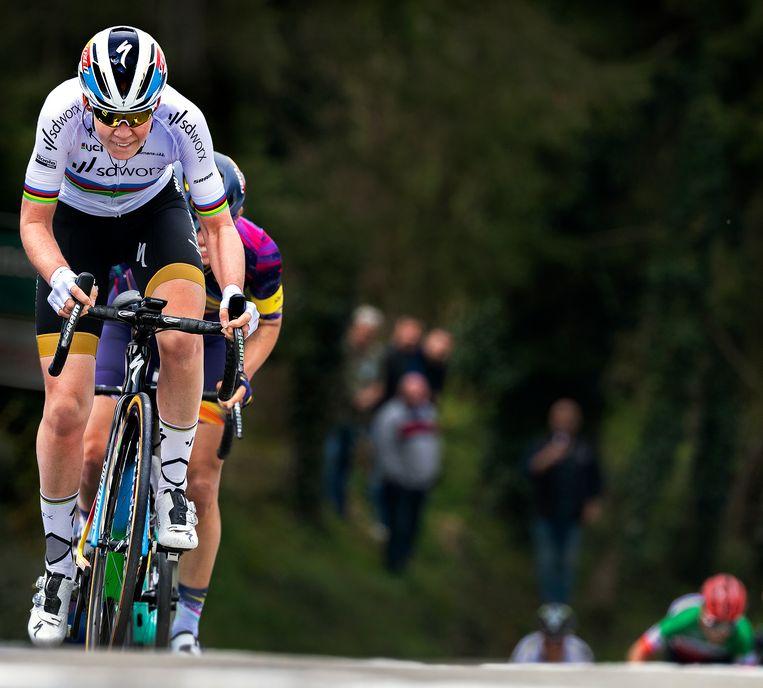 Anna van der Breggen heeft op het steilste stuk op de Mur de Huy een grote voorsprong op Katarzyna Niewiadoma. Beeld Klaas Jan van der Weij