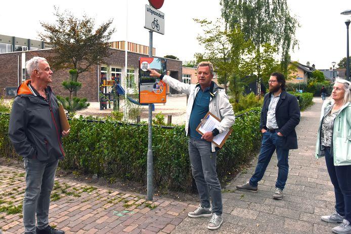 Ger Nouws is gids voor belangstellenden van aandachtspunten tijdens Ommetje Dorst.