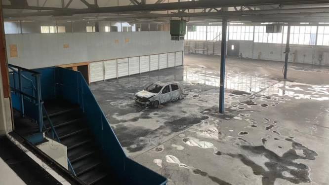 Brandende auto in bedrijfspand Vollenhove was gestolen, politie-onderzoek nog in volle gang