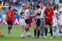 Megan Rapinoe wisselt haar shirtje met Marta Corredera van Spanje.