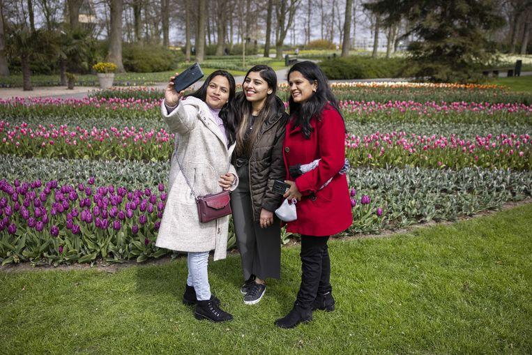 Bezoekers nemen een selfie in de Keukenhof op 9 april. De botanische tuin maakt deel uit van een pilot van het ministerie van VWS en was daarom tijdelijk geopend.  Beeld EPA
