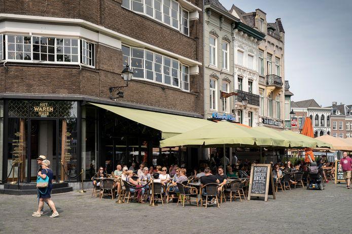 Het terras van stadsbrasserie Het Warenhuis op de Markt in Den Bosch. Dat straalt volgens de Bossche afdeling van Koninklijke Horeca Nederland kwaliteit uit.