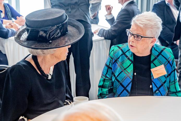 Prinses Beatrix is voorafgaand aan de herdenkingsplechtigheid in gesprek met Gerrie Zeegers, nabestaande van de Puttense razzia.