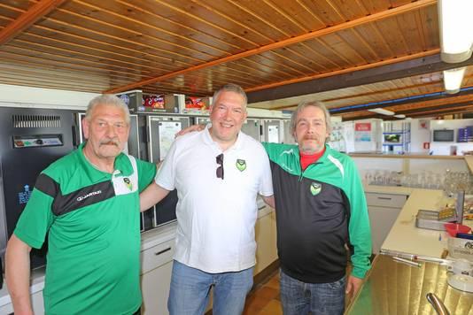 Voorzitter Mario Matthijs met vaste kantinehouders Eli en Jean-Jacques.