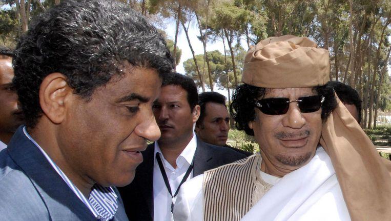 Abdullah al-Senussi (L), de voormalige inlichtingenchef van Muammar Kaddafi (R). Beeld EPA