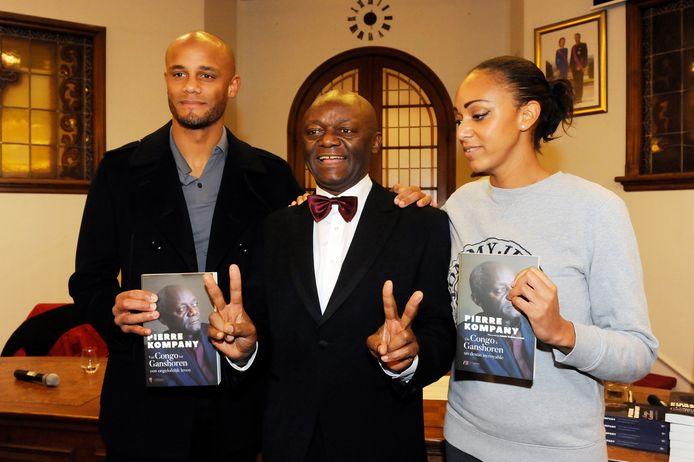 Papa Kompany met zoon Vincent en dochter Christel bij zijn boekvoorstelling.