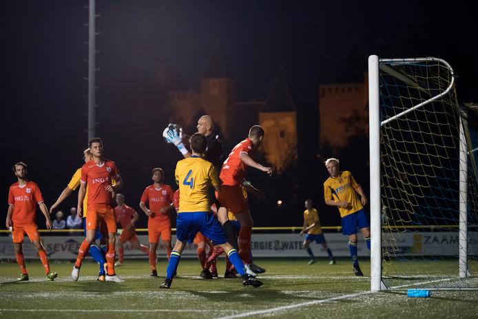 Met het Heemskerkse Slot Assemburg op de achtergrond, ging Dongen vorig jaar onderuit bij ODIN'59 in het KNVB-bekertoernooi.