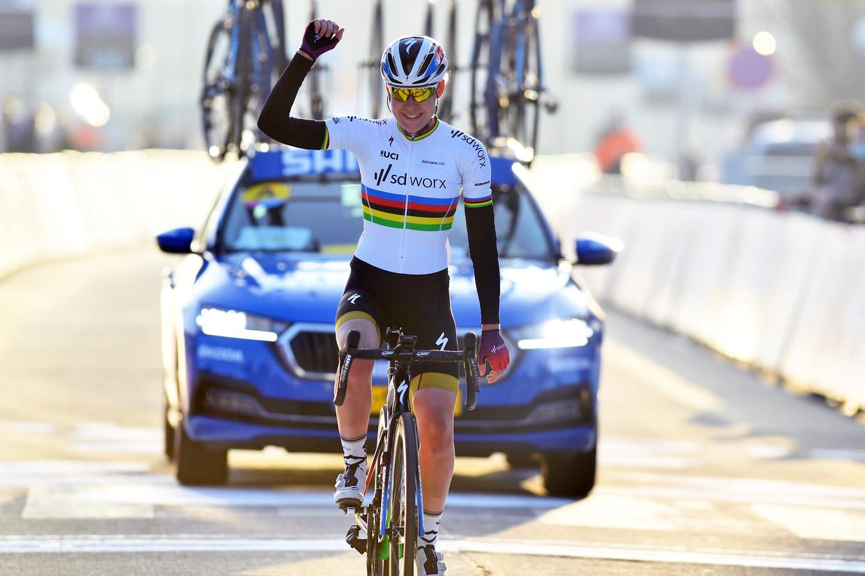 Anna van der Breggen wint de Omloop Het Nieuwsblad. Ze kreeg 930 euro. De winnaar bij de mannen streek 16.000 euro op. Beeld GEERT TRESIGNIE