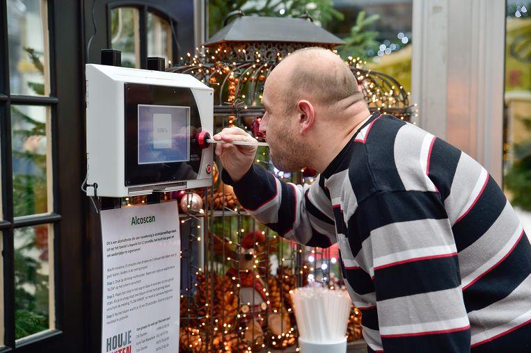 Wie twijfelt of hij al dan niet een glaasje te veel op heeft na de kerstmarkt, kan vrijblijvend blazen in de Kerstplaza.