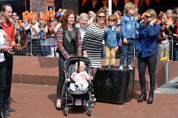 Barbara Barend met haar gezin en vader Frits.
