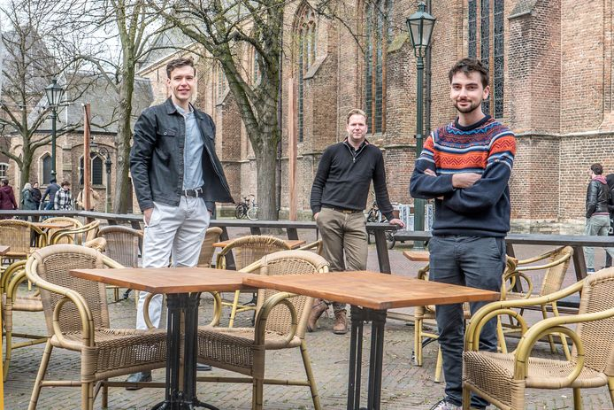 Timo Töms, Dimitri van Rijn en Rick van den Brink (vlnr) willen Delftse ondernemers zo snel mogelijk weer aan het werk helpen, met meer ruimte voor terrassen, muziek en evenementen.