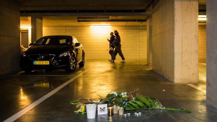 Bloemen op de plek waar Djordy Latumahina werd doodgeschoten Beeld Maarten Brante