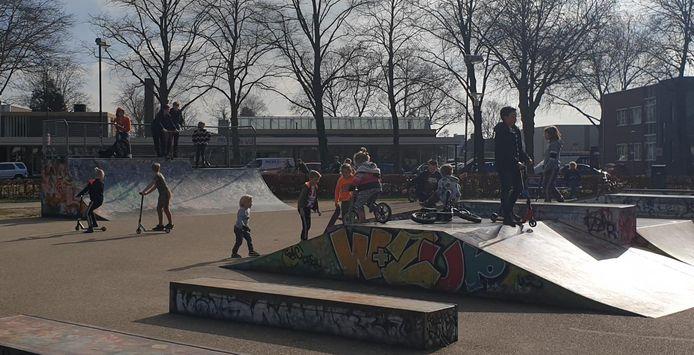Het skatepark in Uden is razend populair, niet alleen bij skaters. Ook op de step en fiets zijn de hellingen een uitdaging.