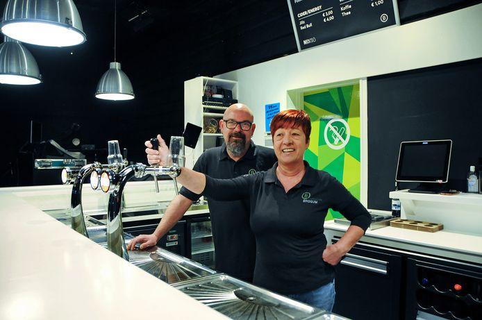 Erik en Eline Bolier zijn al ruim dertig jaar actief als vrijwilliger bij Brogum. De bar is hun domein.