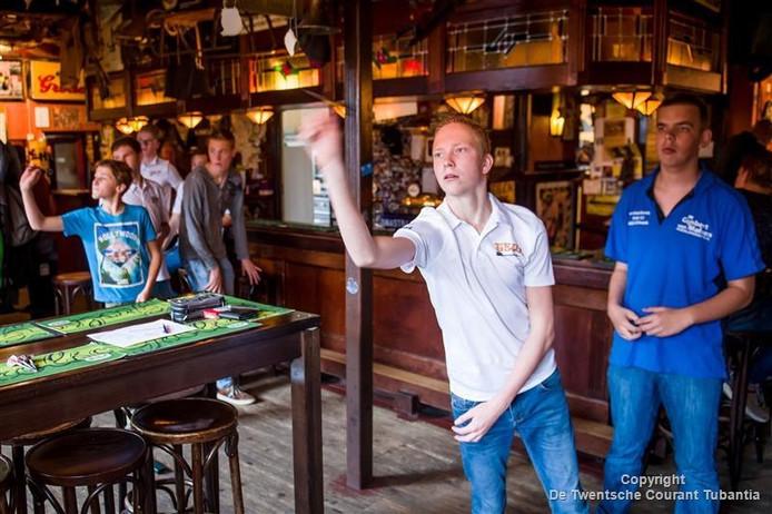 Dartstalenten meten de krachten bij café Kremer in Vroomshoop.