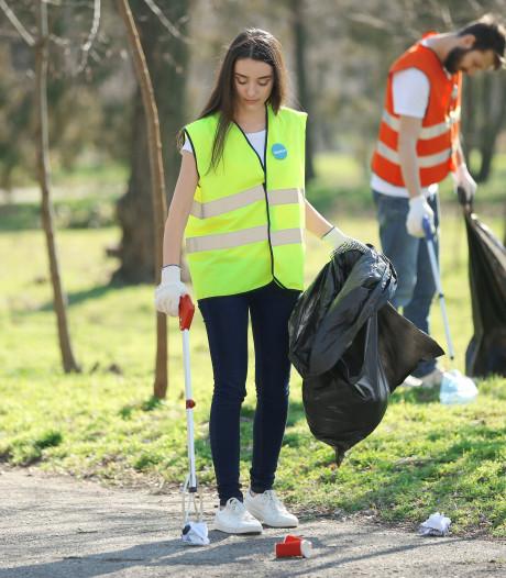 Een halve vuilniszak binnen een kwartier: jeugd Cereswijk ruimt zwerfafval op