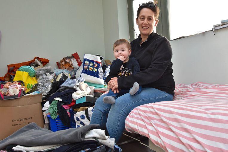 Sarah Verschelde -hier met dochtertje Merlijn- zoekt stockageruimte voor hulpgoederen