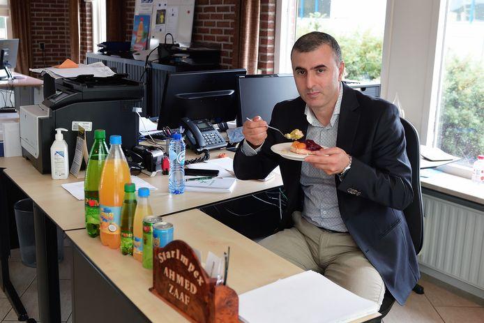 Eigenaar Ahmed Zaaf van frisdrankhandel Star Impex trakteerde op taart na ontvangst van het sepot.