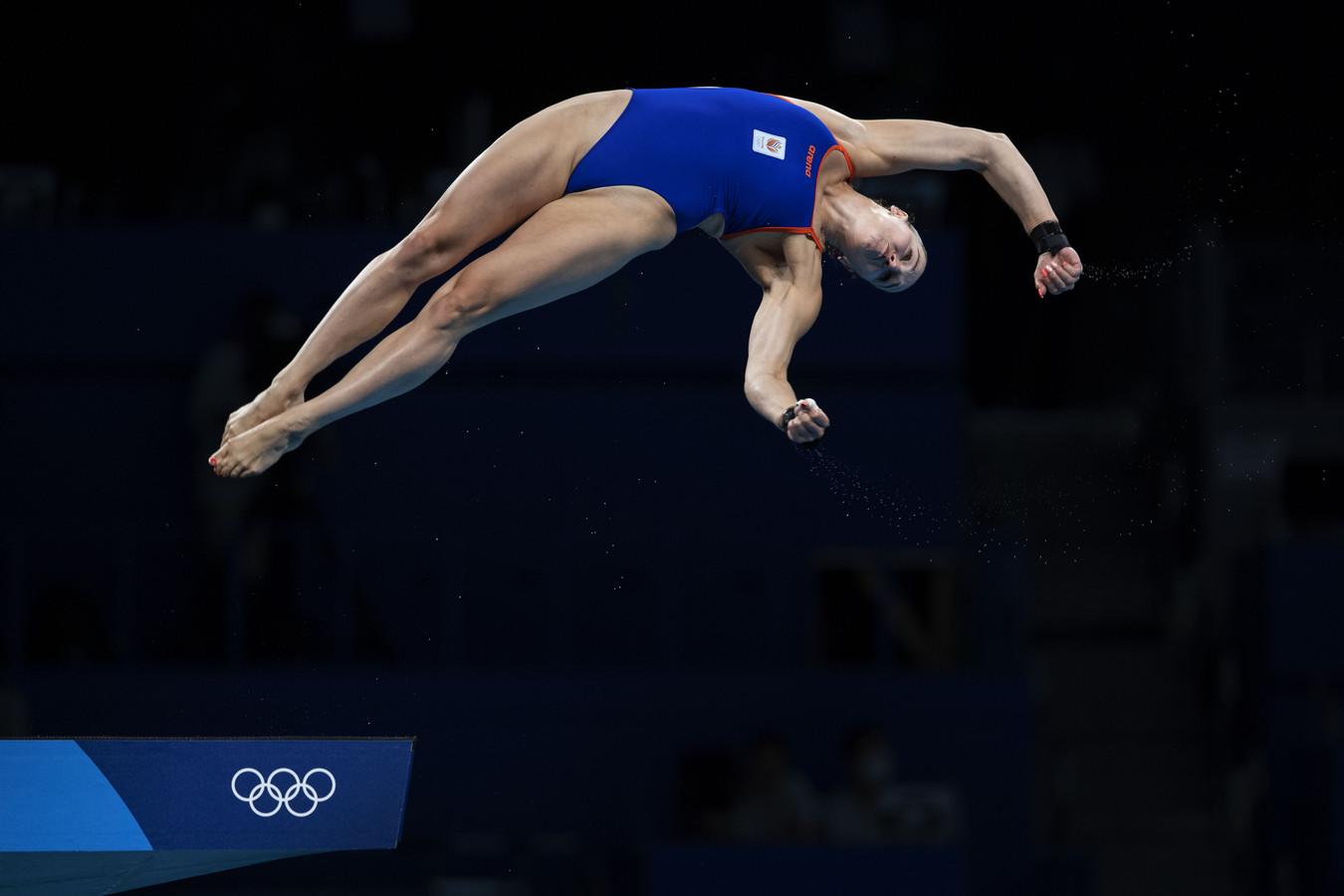 Celine van Duijn tijdens de kwalificaties 10 meter toren in het Tokyo Aquatics Centre tijdens de Olympische Spelen van Tokio.