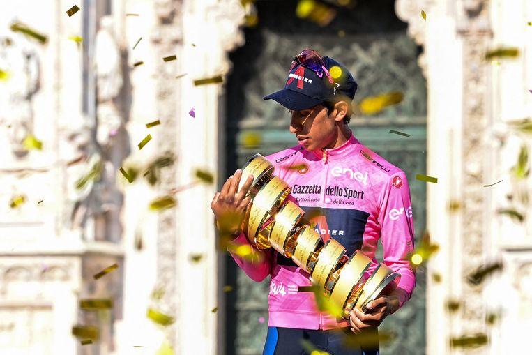 Egan Bernal met de Trofeo senza fine op het podium in Milaan. Beeld AFP