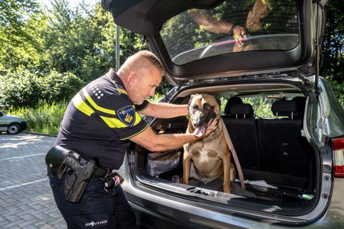 """,,Met dit weer een hond in de auto kan echt niet"""", zegt Hans Manse van de dierenpolitie."""