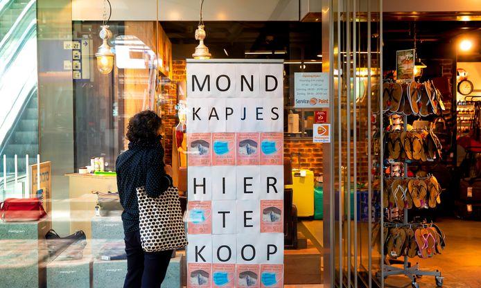Mondkapjes te koop op Rotterdam Centraal. Vanaf 1 juni is het verplicht om een mondkapje te dragen in het openbaar vervoer.